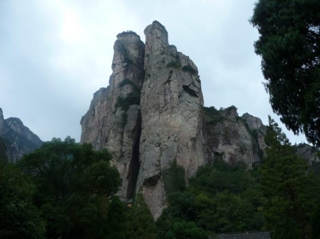 Lingfeng peak with the top of Guanyin temple visible at the bottom, Wenzhou